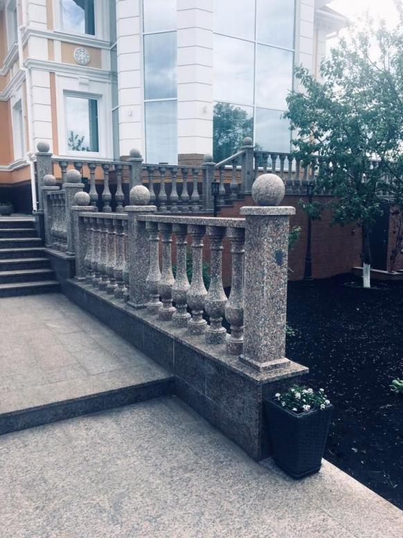 Балюстрады из натурального камня в частном доме (отделка и благоустройство территории загородного дома) сдача в 2019 году