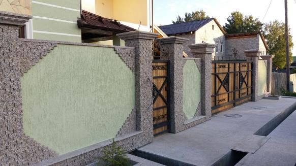 Крышки на столбы заборов из Южно-Султаевского гранита и  облицовка столбов брусчаткой
