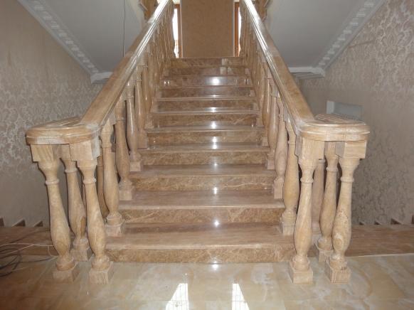 Лестница из натурального камня. Травертин в облицовке ступеней,  производстве балясин  и перил